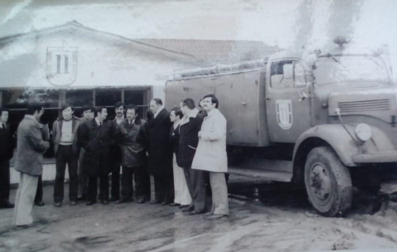 """Imagen con la entrega del """"conejo"""" a la 11° Compañía de Concepción por parte del 4° Comandante de la Institución, Vol. Sr. Juan Belmar Rivas"""